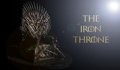 אנחנו בשנת 306 לנחיתתו של אאיגון טארגאריין על חופי ווסטרוז, והמהלכים הלבנים נעים דרומה וכובשים עוד ועוד ערים. הממלכה מתרוקנת מתושביה. אתם צוות עילית של משפחת סטארק - יוצאים למרדף נגד הזמן בניסיון להחזיר את הכתר למקומו הטבעי. המשימה שלכם - להגיע אל ארמון המלך בהקדם האפשרי ולכבוש את כס הברזל, וזאת לפני שהמהלכים יתקפו את הארמון.